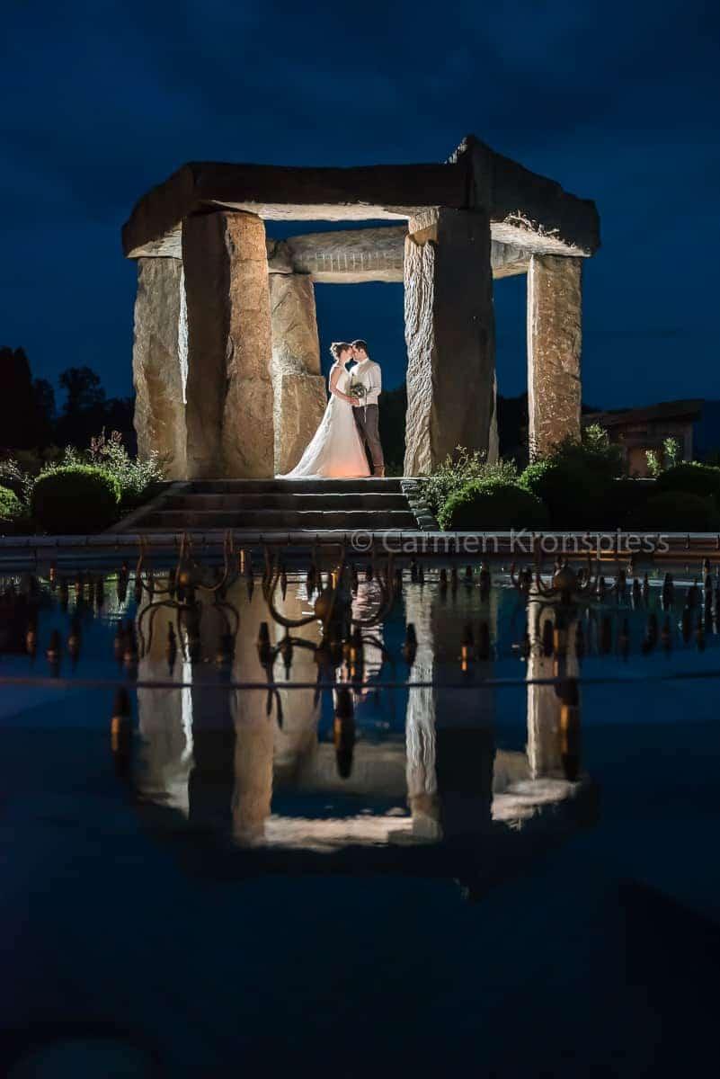 Brautpaar bei Nacht, Spiegelung im see