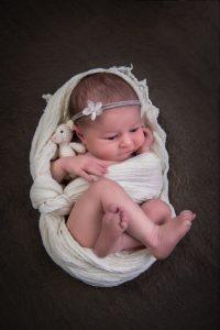 Baby mit Teddy wrap