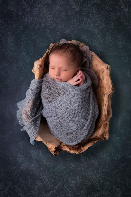 Baby in Holzschale; Newbornphotography