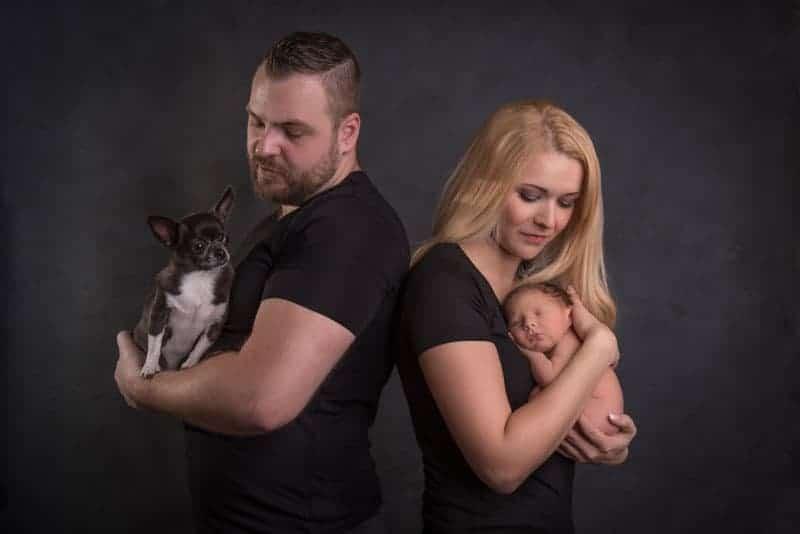 Familienfotos mit Neugeborenem Baby und Hund