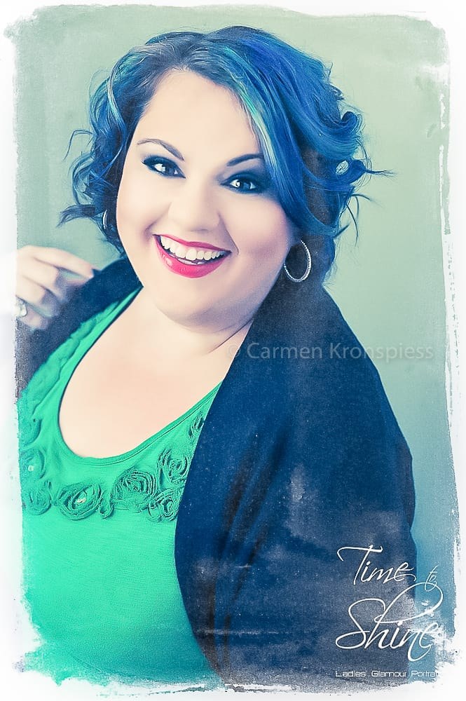 Curvy Girl Portrait green